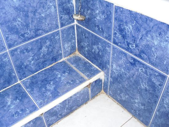Bella Vista Hotel: dirty bathroom tiles