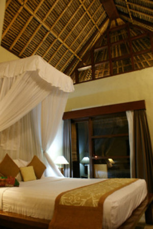Villa Puri Ayu: Beautiful but noisy first room