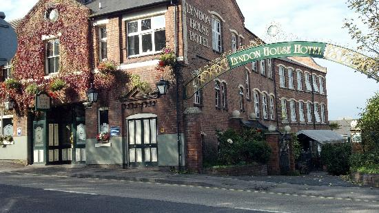 Lyndon House Hotel: from the street