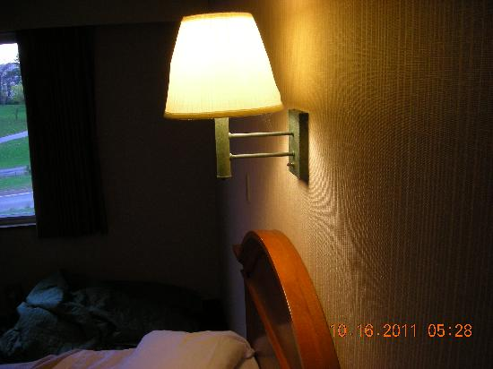 Howard Johnson Closest to the Falls and Casino: Same lamp above bed