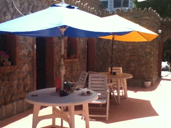 Hostal Oasis : Outdoor Courtyard
