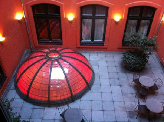 Hotel Des Indes, a Luxury Collection Hotel: A lovely dome in the hotel that changed colour