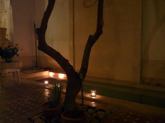 Riad les Orangers d'Alilia Marrakech: Patio de nuit