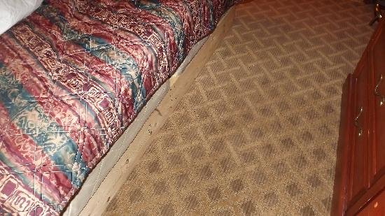 Americas Best Value Inn & Suites - Warren / Detroit: Bed on wood frame