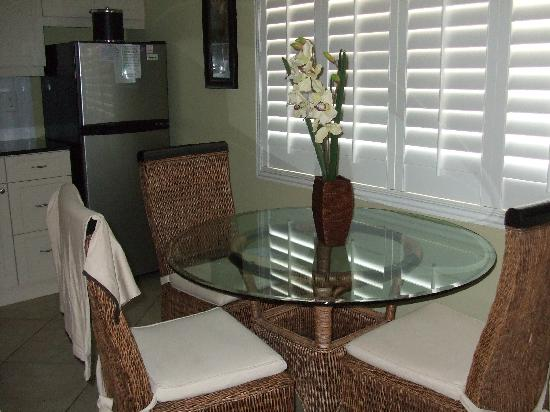 Tropical Beach Resorts: kitchen & dining area