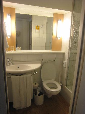 Ibis Berlin Mitte: bathroom