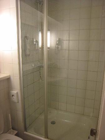 Ibis Berlin Mitte: the shower