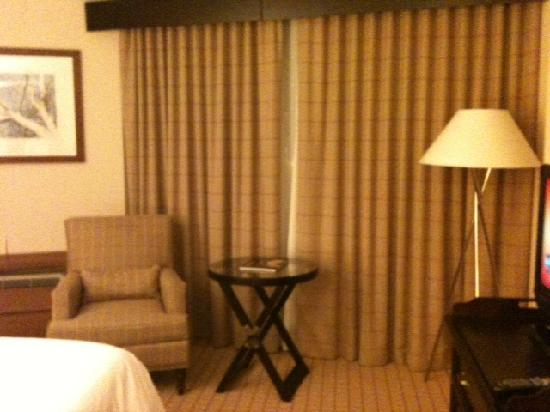 Sheraton Dallas Hotel by the Galleria: Nice chair and lamp