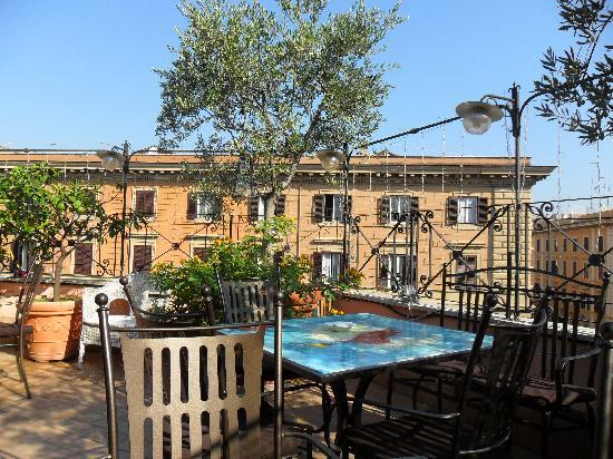 Hotel Dei Consoli: Une partie de la terrasse au dernier étage.