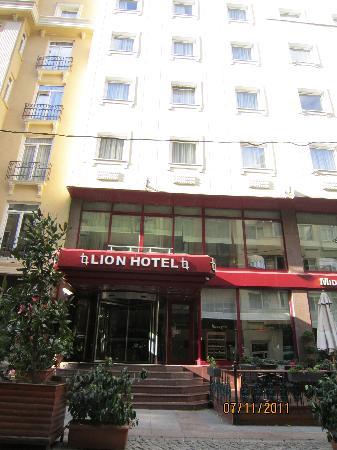 Lion Hotel: The entrance