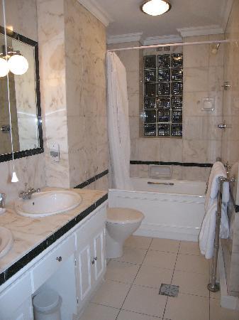 44 Curzon Street by Mansley: Bathroom Unit 8