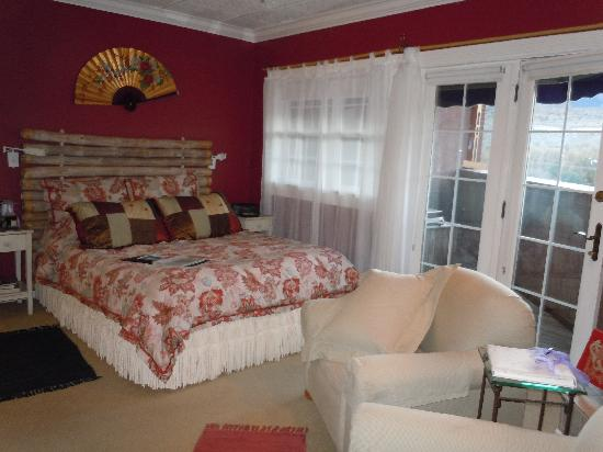 Old Town GuestHouse: Comfortable bed and chairs by a fireplace.
