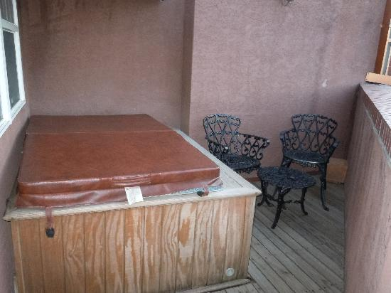 Old Town Guesthouse B&B : Very private hot tub on balcony with a great view of Pikes Peak.