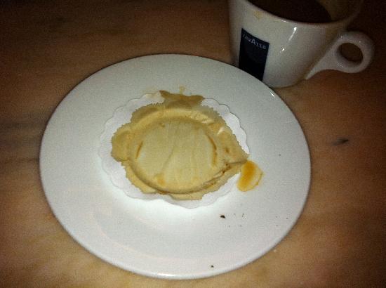The Monarch Hotel: Kaffee wurde auf bekleckerter Untertasse geliefert...