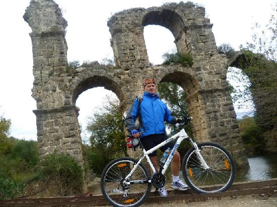 Active Nature Tours: Staudammtour: Vor einem Aquädukt