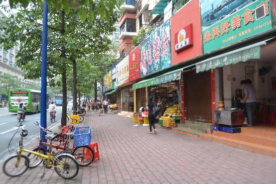 Jinjiang Inn Guangzhou Haizhu Jiangyan Road : Fruit stall infront of hotel