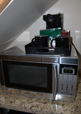 Lake Lawn Resort: microwave and coffee maker