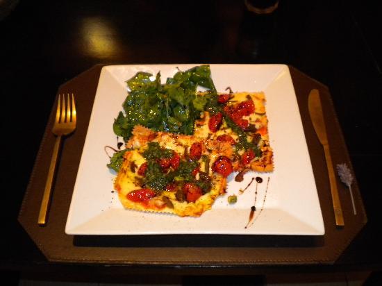 O'Farrell Restaurant : Pizza crocante com tomates confit, azeitonas, rúcula e óleo de oliva.