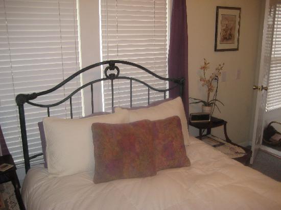44 Spanish Street Inn: Orchid room