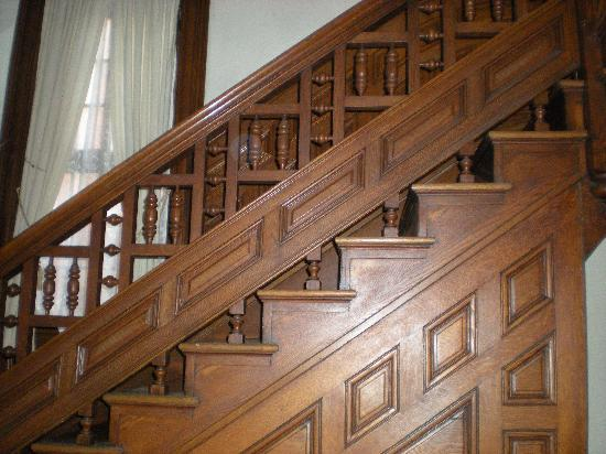 Craig Victorian Bed and Breakfast: Old staircase