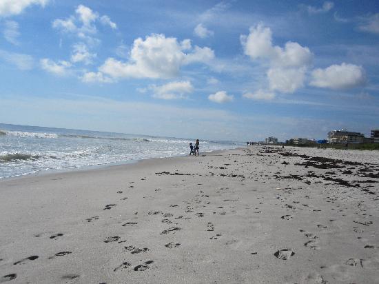 Hampton Inn Cocoa Beach/Cape Canaveral: Cocoa beach a short walk from the hotel