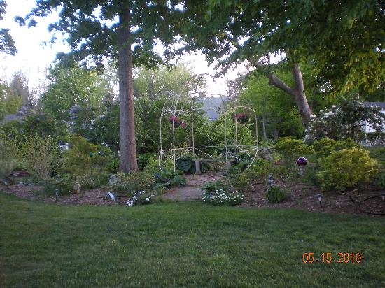 Captain Farris House Bed & Breakfast: The gardens are not in bloom in May, but still pretty