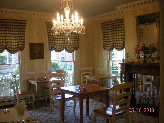 Captain Farris House Bed & Breakfast: Cozy elegant dining room where you can meet other guests.