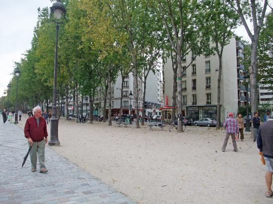 Le Bellerive : Park across the street from the restaurant.