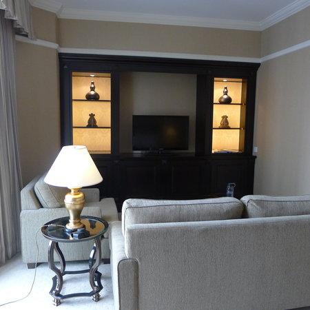 โรงแรมริทซ์ คาร์ลตัน กัวลาลัมเปอร์: The spacious living + TV room