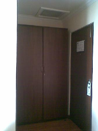 Summit Residency: Ac and wardrobe in 5002