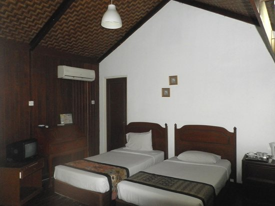 Shah's Beach Resort : our 2 single beds