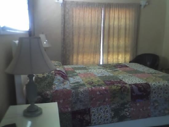 Beach House Inn: Spacious bedroom. A flat screen TV is mounted on the wall across the bed.