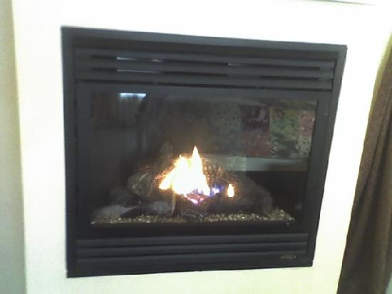 Beach House Inn: Gas fireplace. It automatically shut off after about two hours.