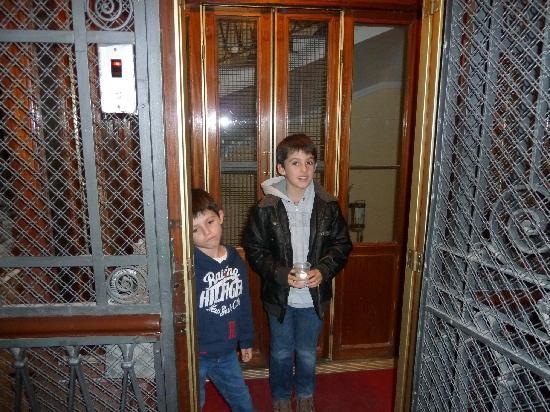 66 Imperial Inn: vieil ascenseur de l hotel