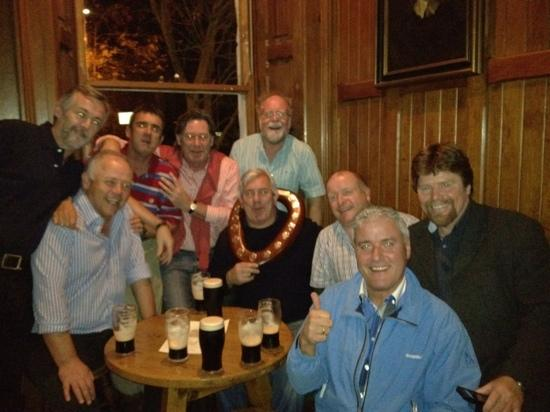 Clonmel, Irland: Celebrating Dommie's victory in the Farton Shield!