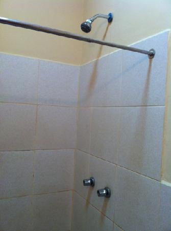Los Andes Bed & Breakfast: real hot water shower, not those electric head type