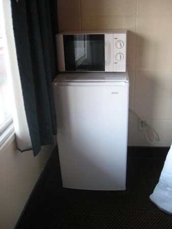 Red Carpet Inn: Huge frig and spotless microwave