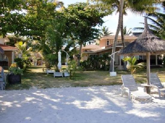Residence C'est Ici: Complex from beach