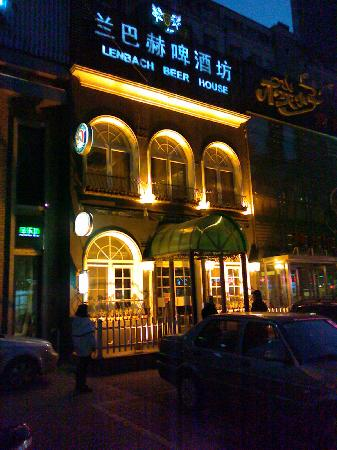 Lenbach Beer House : The outside is bright and attractive