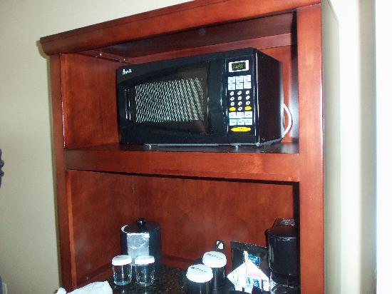 Hilton Garden Inn Riverhead: Microwave and Coffee Maker