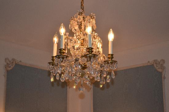 Cartier Mansion Bed & Breakfast: Beautiful Chandelier