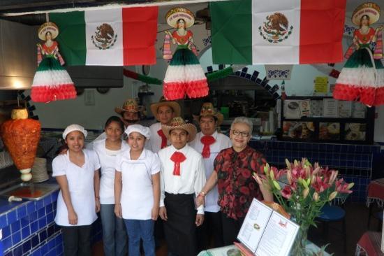 La Casa de los Tacos : La dueña y el personal...