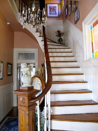 Roussell's Garden: stairway to 3 bedrooms