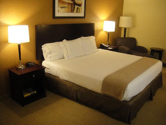 Holiday Inn Express and Suites Fort Lauderdale Executive Airport: Comfortable Bed