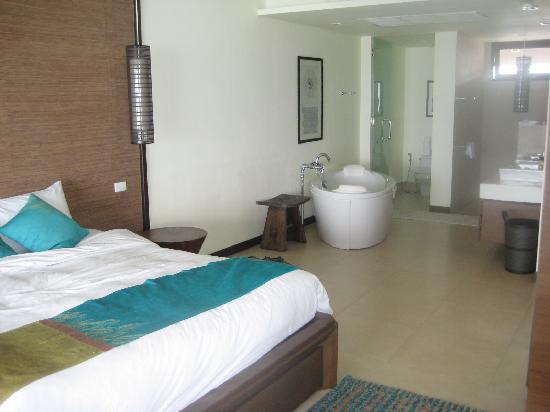Billabong Beach Club: Large bedroom/bathroom penthouse