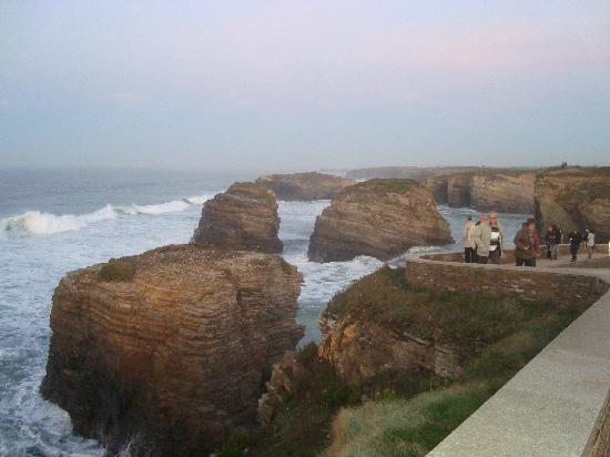 Playa de las Catedrales: PALAYA LAS CATEDRALES CON MAREA ALTA