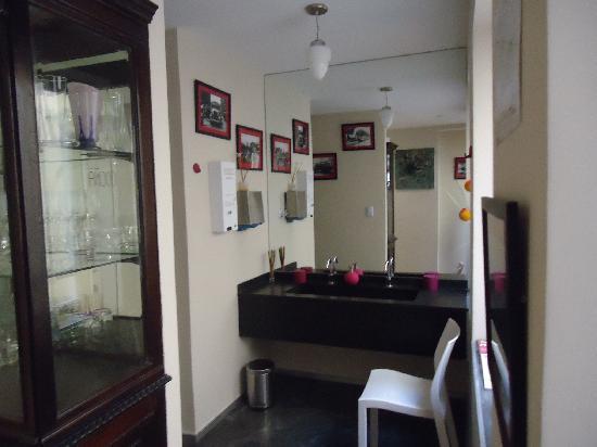 Rendez Vous Hotel Buenos Aires: One fo the restrooms in the reception floor/ Lavabo no andar da recepção/ Baño