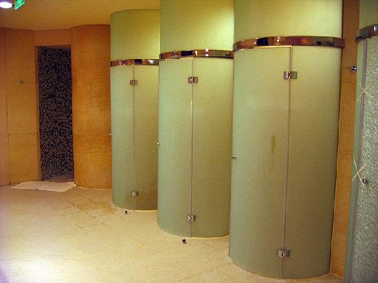 Shangri La Hotel, Beijing: Futuristic Shower Pods In The Gym.