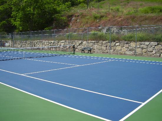 Casa Loma Lakeshore Resort: Newly resurfaced tennis courts