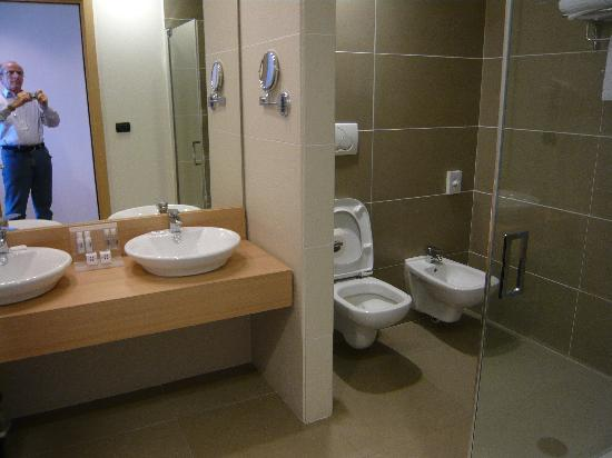 Bagno con enorme doccia foto di hotel esperia palace - Bagno piccolissimo in camera ...